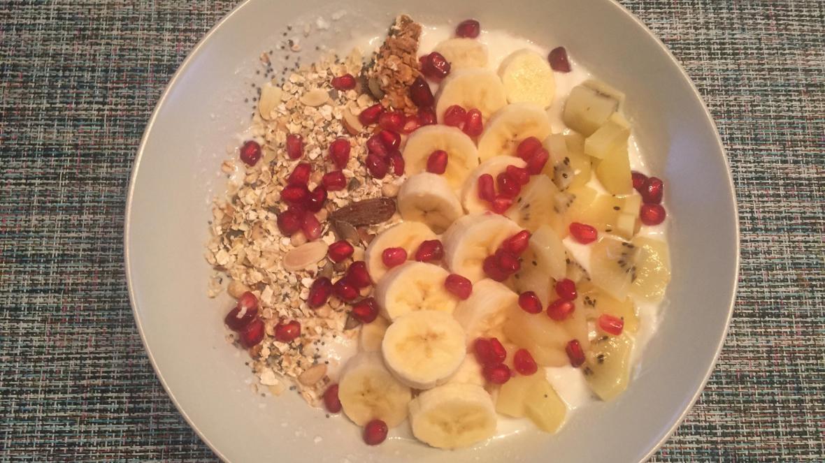Granola met banaan, gele kiwi, granaatappelpitjes  - Granola met banaan, gele kiwi, granaatappelpitjes en yoghurt