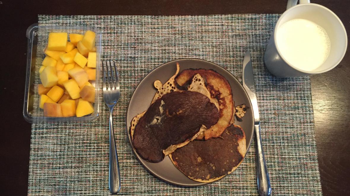 Havermoutpannenkoeken met mango en melk - Havermoutpannenkoeken met mango en melk