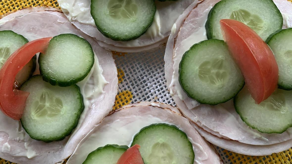 Rijstwafels met kippenwit, komkommer en tomaten - Rijstwafels met kippenwit, komkommer en tomaten