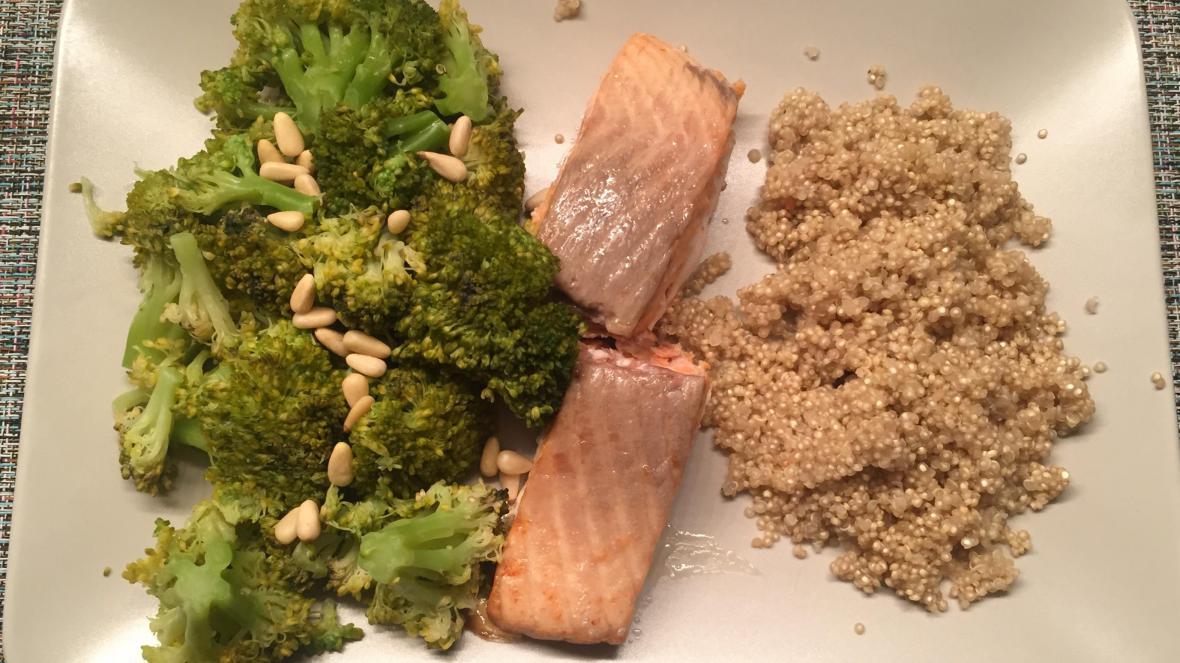 Quinoa met zalm, broccoli en pijnboompitjes - Quinoa met zalm, broccoli en pijnboompitjes